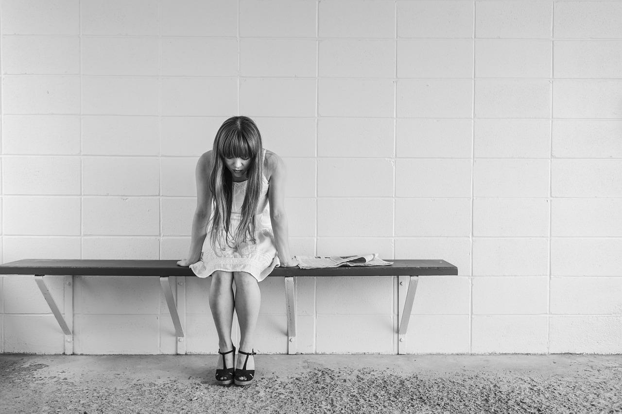 Mujer triste por sufrir desamor