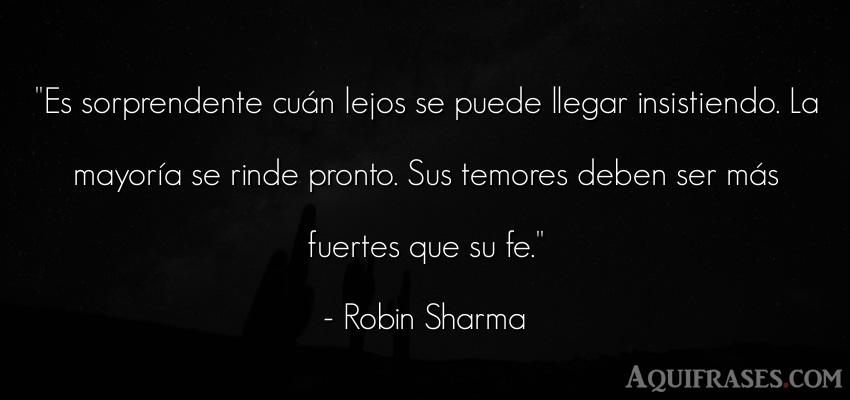 Frase motivadora,  de perseverancia  de Robin Sharma. Es sorprendente cuán lejos