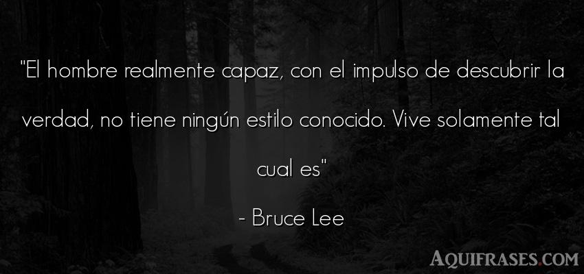 Frase para reflexionar,  de hombre  de Bruce Lee. El hombre realmente capaz,