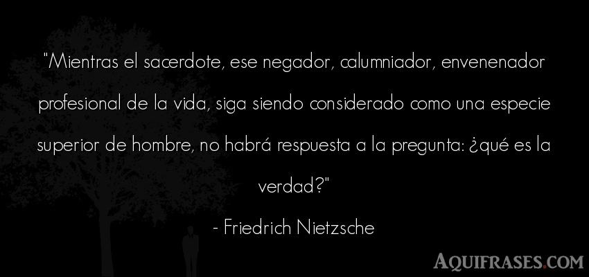 Frase filosófica,  de la vida  de Friedrich Nietzsche. Mientras el sacerdote, ese